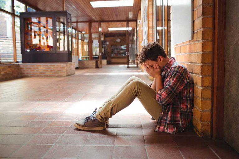 Adolescente Triste Sentado Suelo