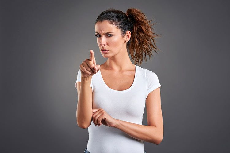 mujer-desconfia